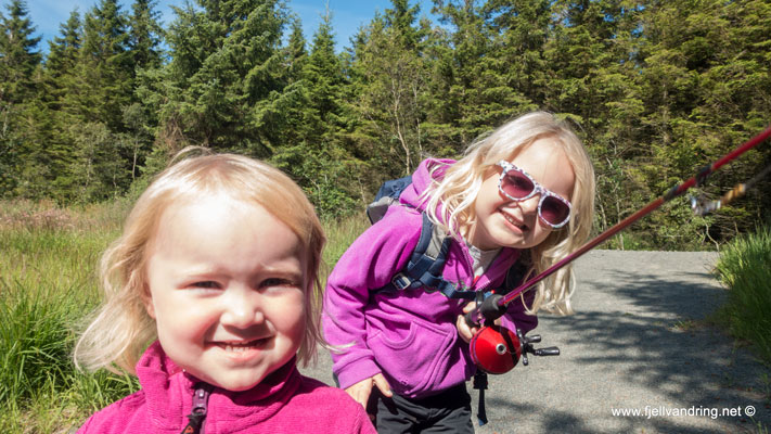 To blide jenter på tur