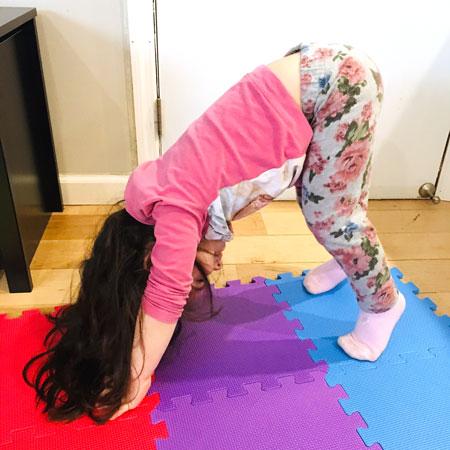 Barn gjør yoga