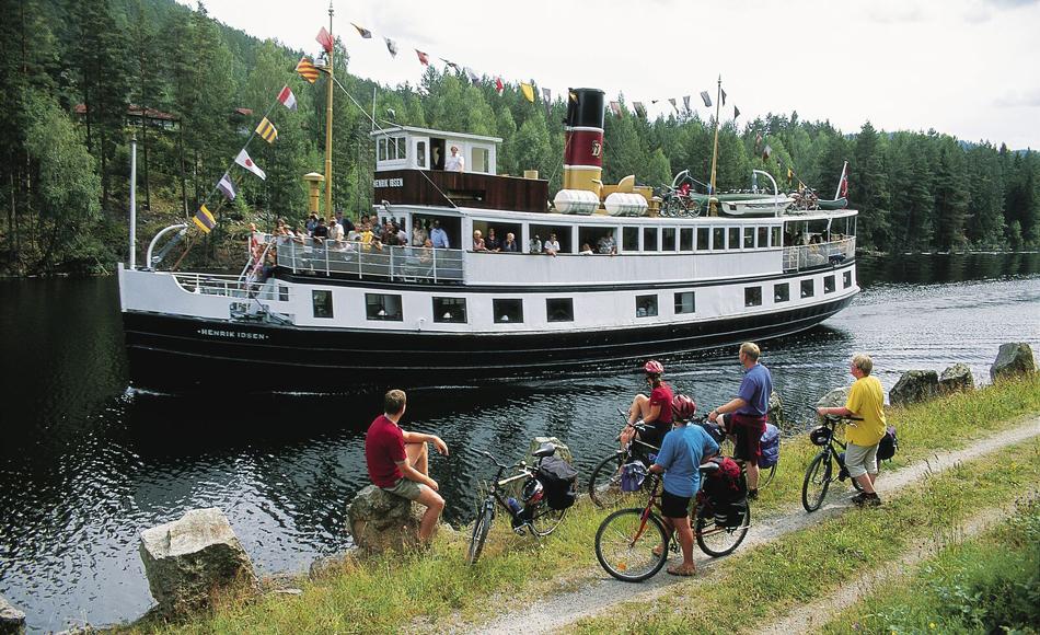 Båten på vei opp kanalen