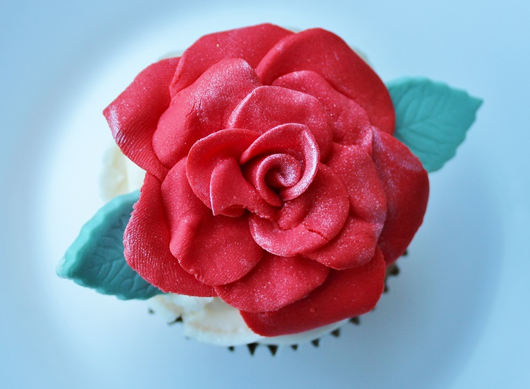 flower made of icing from decorating tips