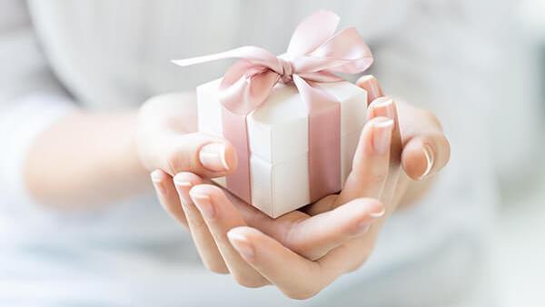 Verwöhne deine Partnerin und mache ihr ein Geschenk zur Geburt!