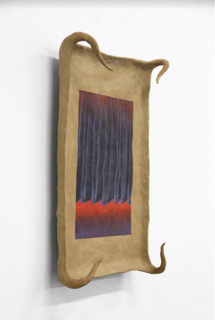 ASMA, Clairvoyant (curtain), 2018 Grafito y pintura al óleo sobre lodo crudo humedecido con antiséptico ocular, caja de plexiglass Cortesía de los artistas