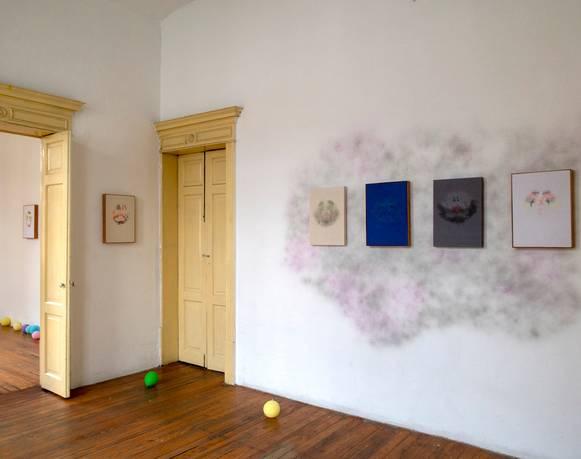 El fantasma de la identidad produce payasos | Sobre la exposición de Juan Caloca