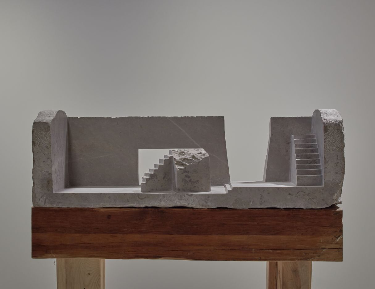 Diego Pérez, Mesa de mármol con dos escaleras, 2020. Cortesía de Galería RGR