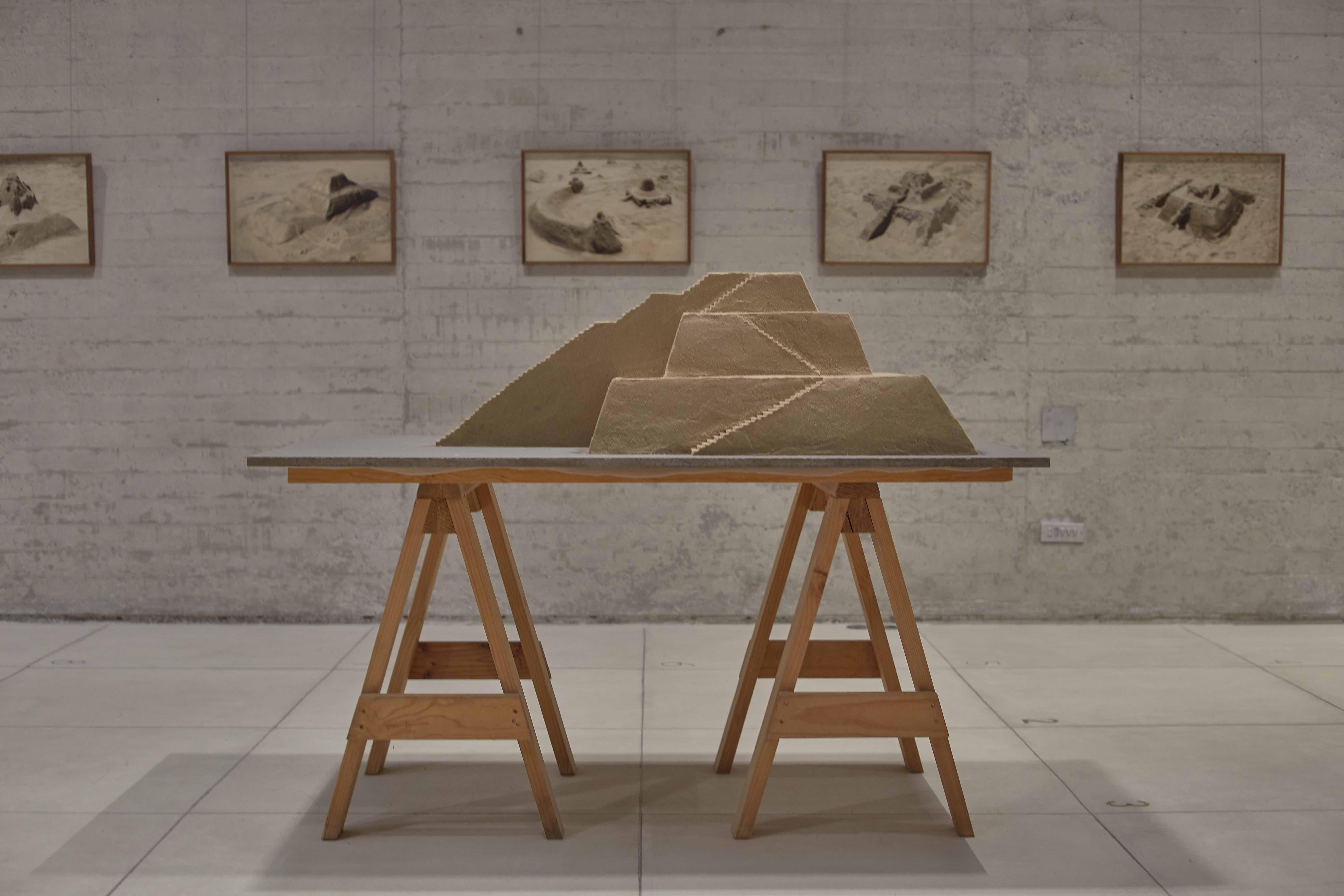 Vista de la exposición de Diego Pérez, Historia de arena, 2020, Galería RGR. Cortesía de Galería RGR