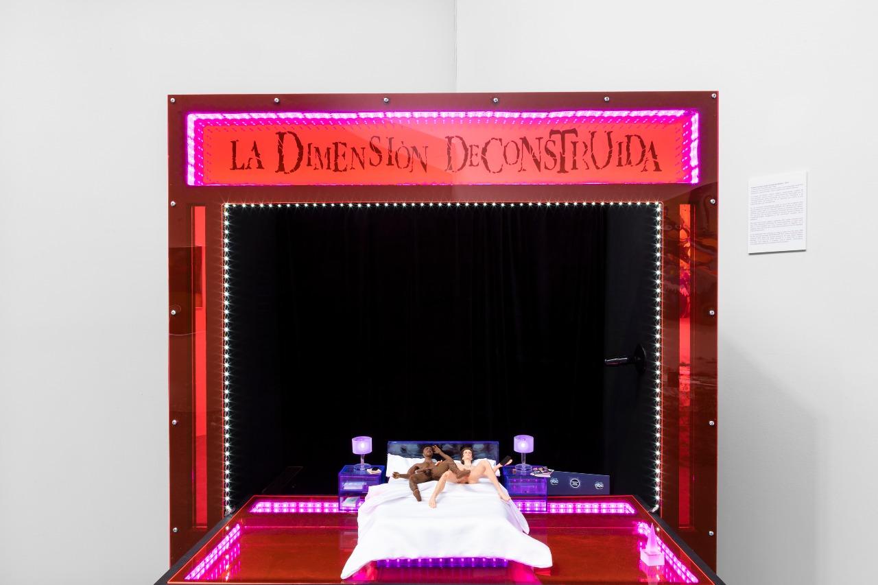 Romeo Gómez López, La Dimensión Deconstruida, 2020. Instalación: teatro guiñol, títeres de silicón y escenografía de acrílico. Foto cortesía de Salón Silicón y kurimanzutto