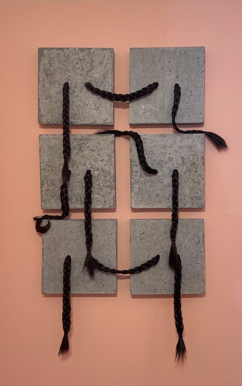 Obra de Chantal Peñalosa en El universo se encogió en madejas fantasmales. Cortesía de LaNao