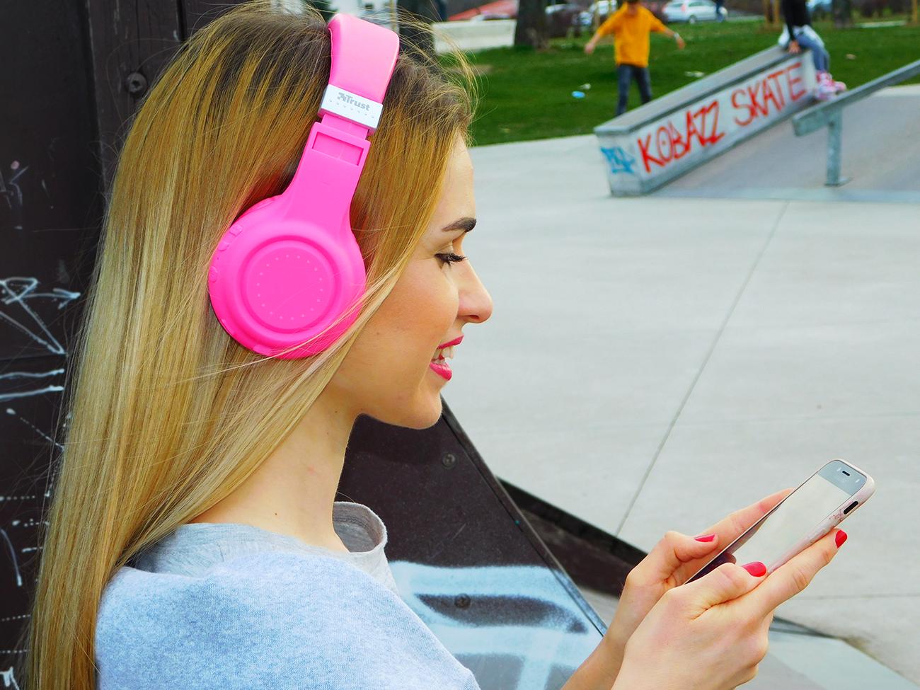 A girl using Soly lyrics app