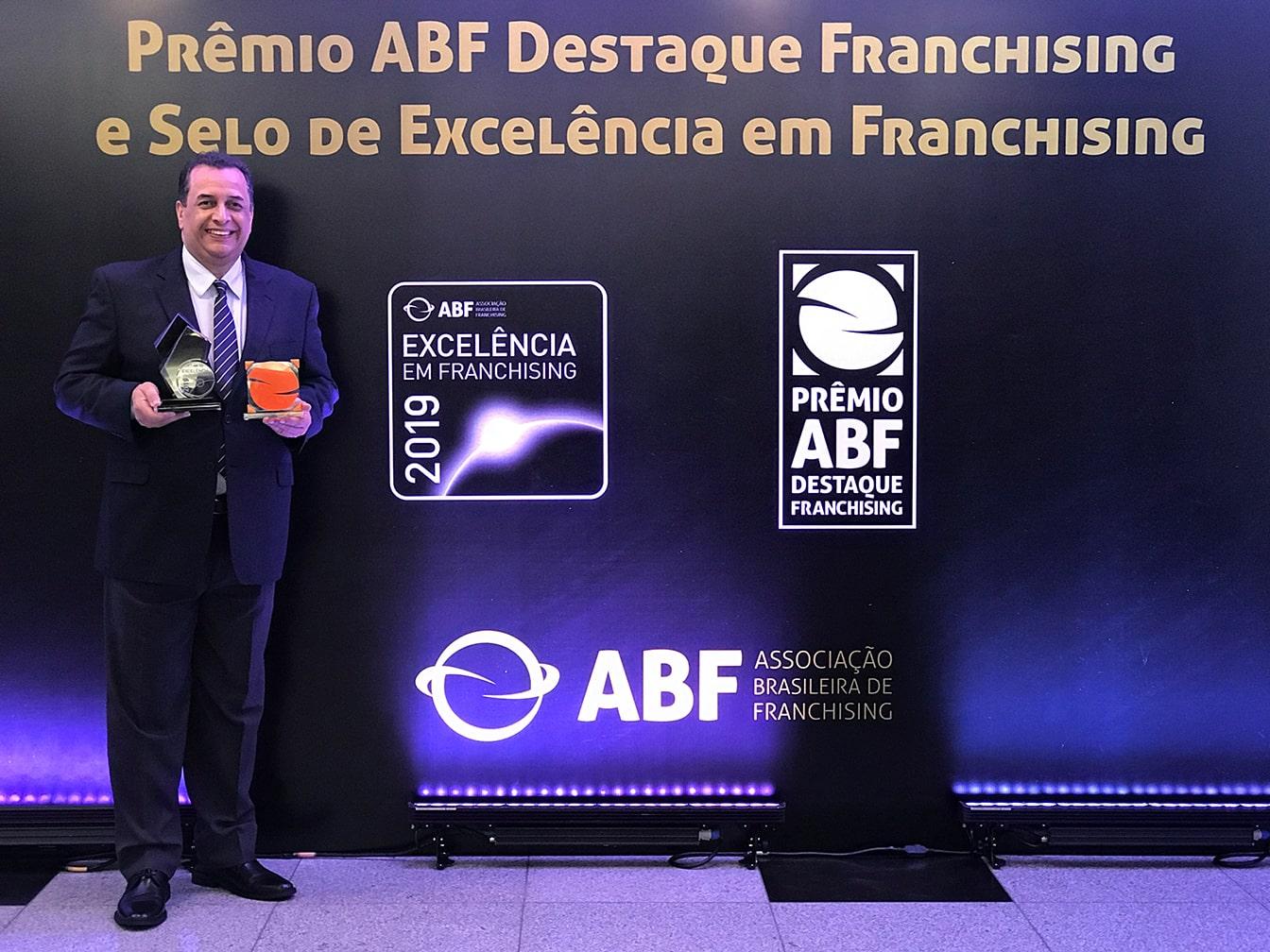 Luiz Pedreira-CEO-segurando-premio