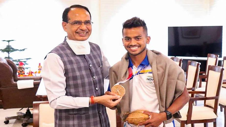 Madhya Pradesh government felicitates Olympics hockey team member Vivek Sagar with Rs 1 cr reward