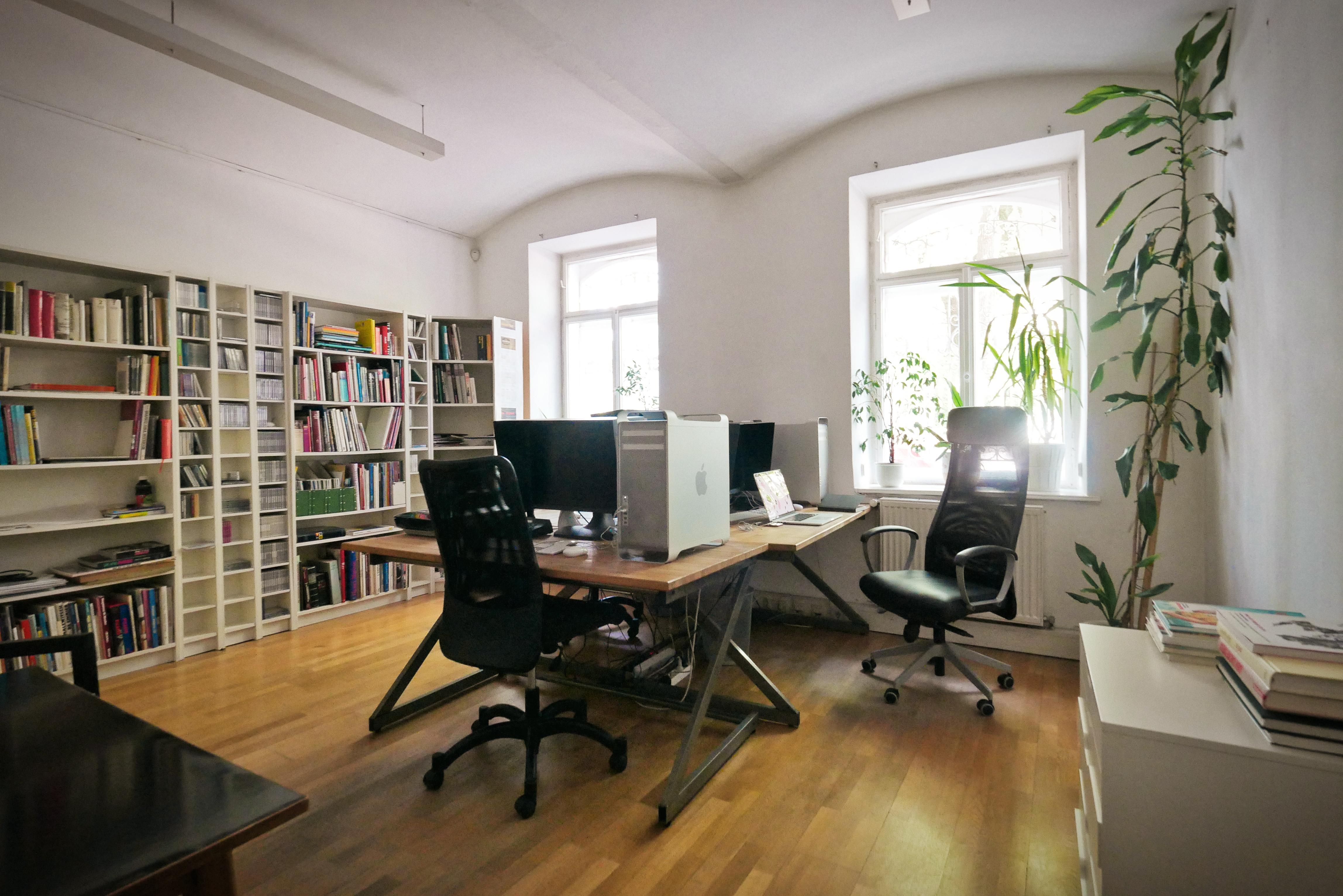 Arbeitsplätze in gemütlichem Büro mit Garten