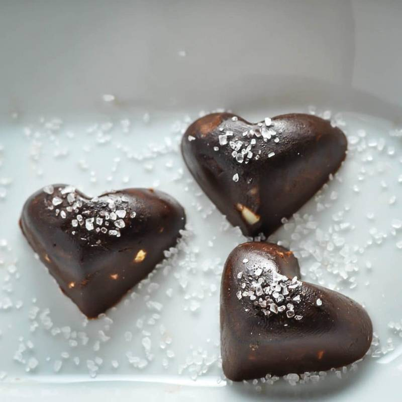 Keto Chocolates with Macadamia & Sea Salt [Recipe]
