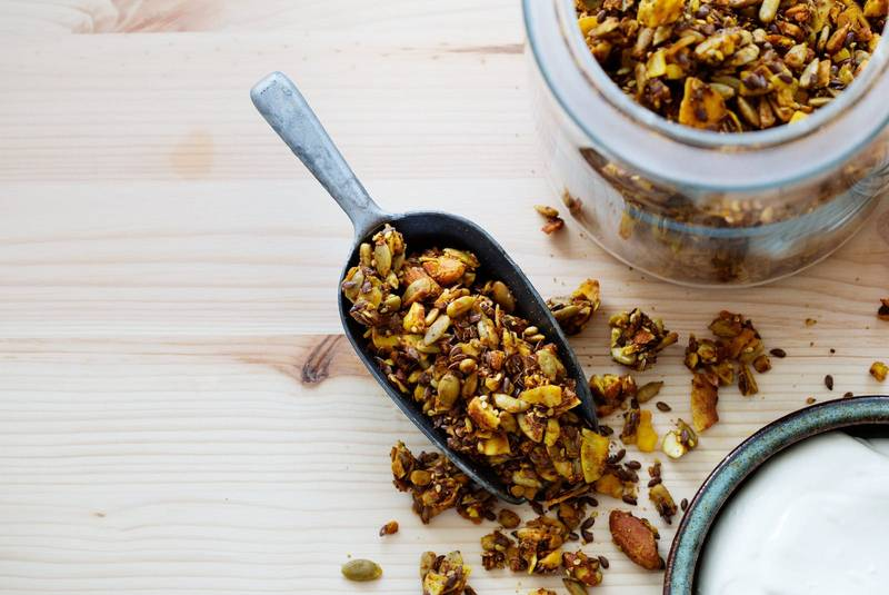 Golden low-carb granola