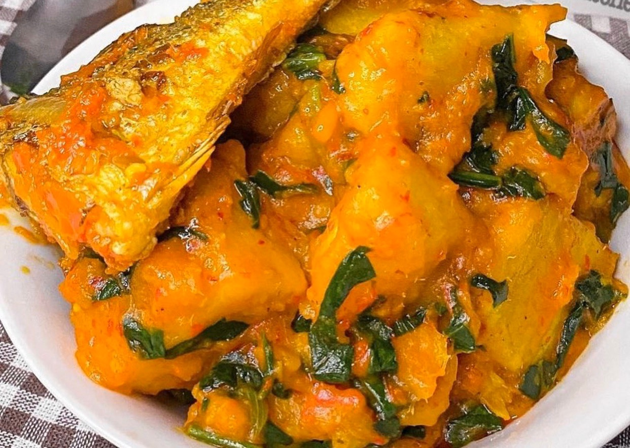 #cookingrecipehq  porridge yam with fish   yam-  oil  -water-  scent leave  -seasoning-  salt-  pepper