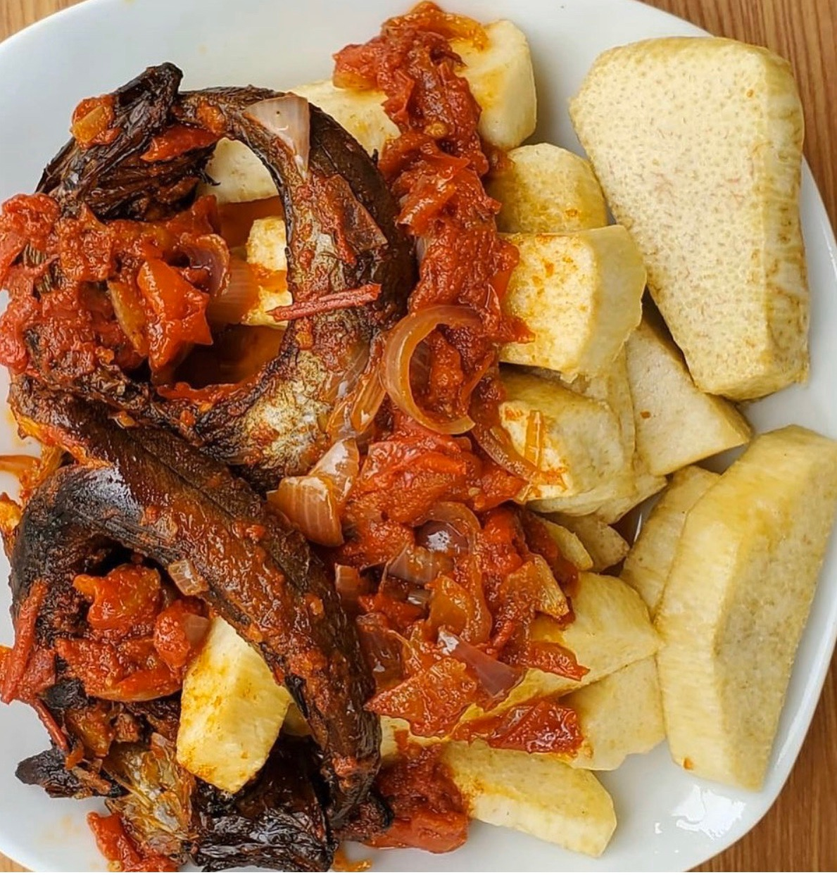 #cookingrecipehq   fried yam with panla sauce-  yam -smoked fish -fresh pepper  -onions- crayfish-  salt-  maggi-  curry  -tomatoes