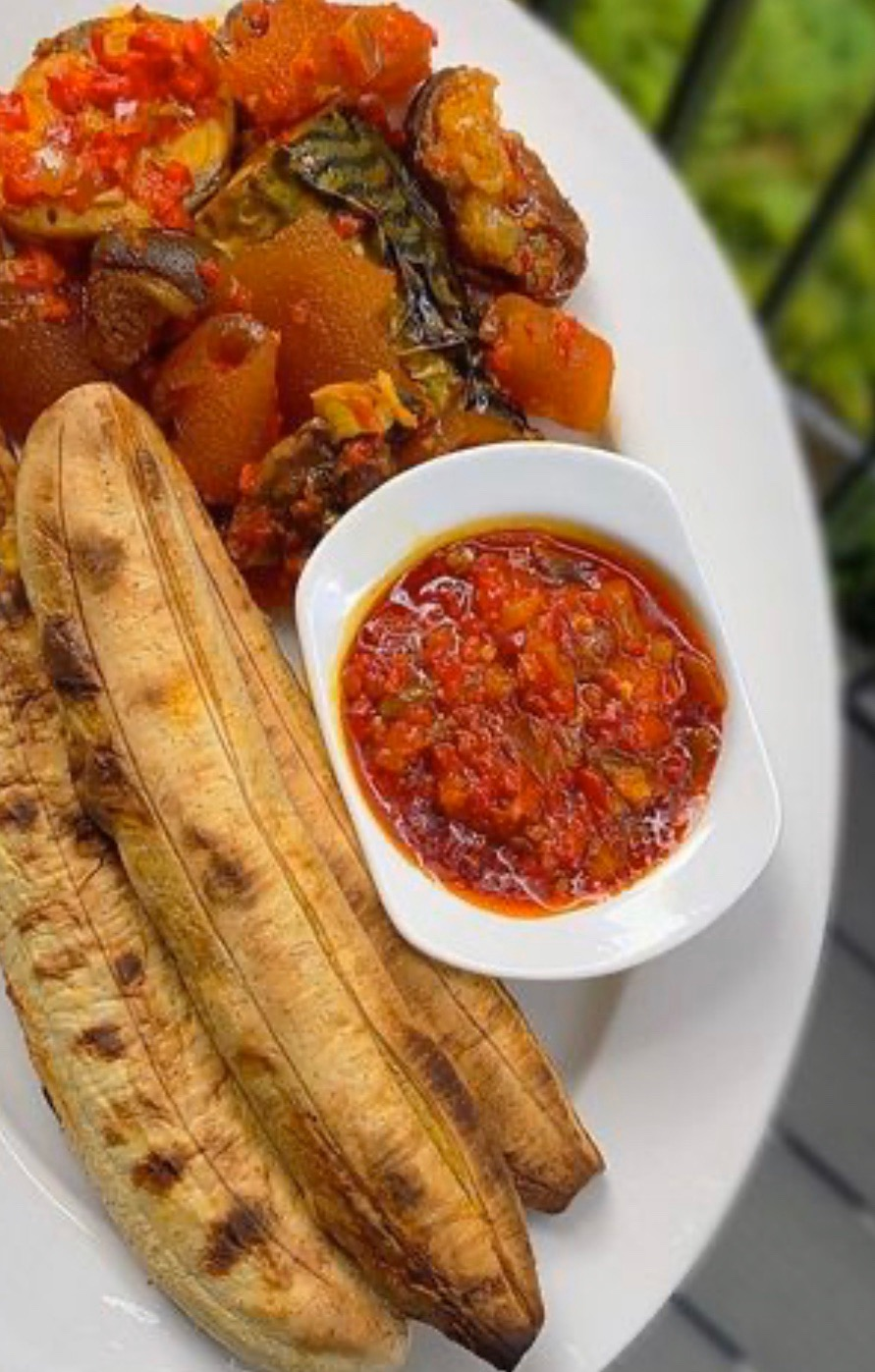 #cookingrecipehq  roasted plantain- with tomatoes sauce     sauce ingredient   Pomo- Titus fish  -pepper  -salt-  maggi-  curry-vegetable oil