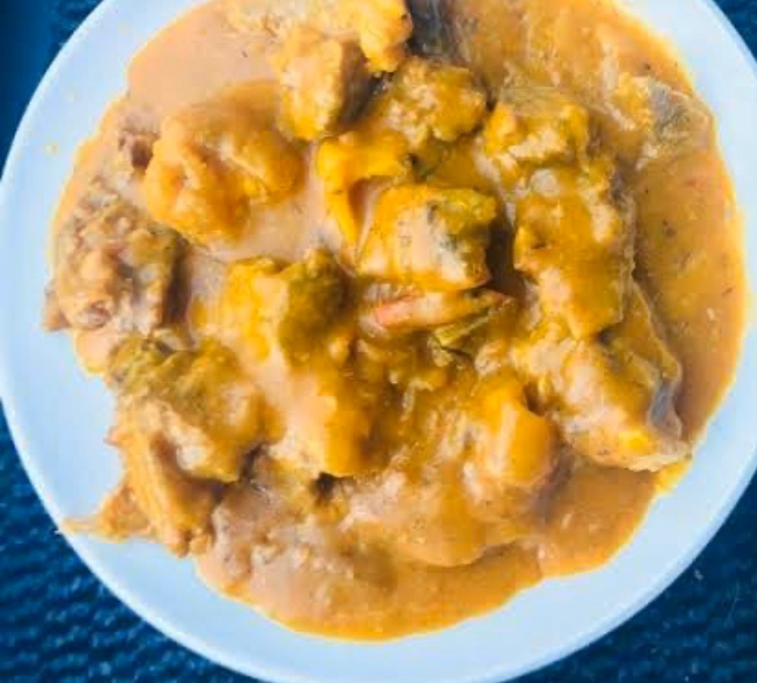 #cookingrecipehq  porridge yam 🍽😋  INGREDIENT   👇  yam,  salt,  water, palm oil,  crayfish,  stock fish   ,seasoning,   salt, roasted fish,onions,pepper