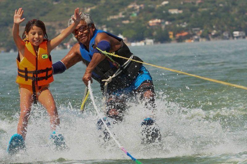 Clases de esquí acuático : https://mxcitytravel.wordpress.com/tequesquitengo/ Clases de esquí acuático en el lago de Tequesquitengo, Morelos; México