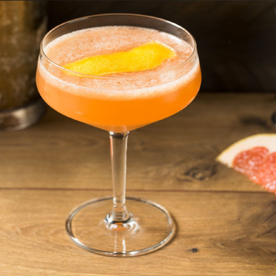 Grapefruit makes the Brown Derby a refreshing extension of the Gold Rush cocktail. Dale DeGroff credited the creation of this concoction to LA's Vendôme Club in the 1930s in his book The Craft of the Cocktail.