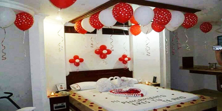 Tired of going out, try a king like date organized at your home with candlelights, baallons, flowers and a screening of your favourite movie with your love.