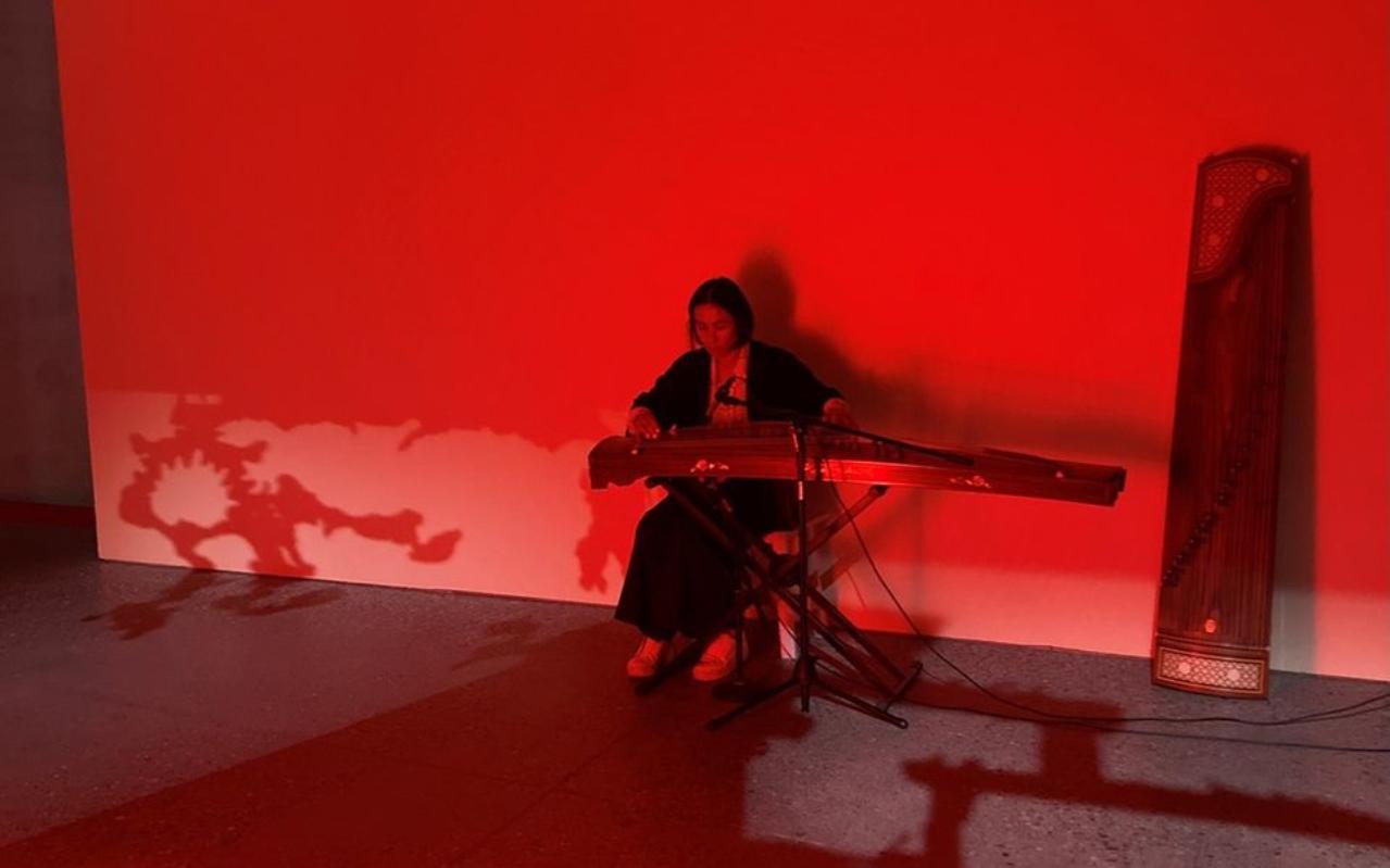 Musikeren Yuanyuan Gu spiller kinesisk folkemusikk.