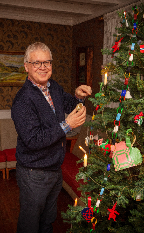Geir Thomas Risåsen pynter til jul