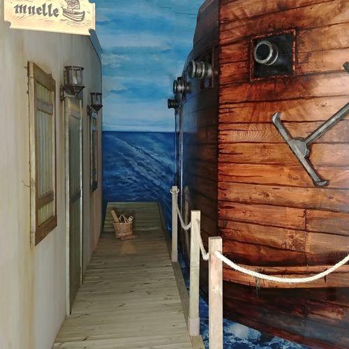 Barco pirata en los muelles