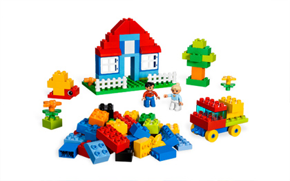 House scenery made of blocks.