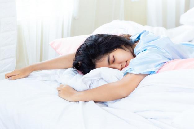 Viết nhật ký giúp bạn ngủ ngon hơn - Nguồn ảnh: Freepick. Chỉnh sửa: undertrees.net