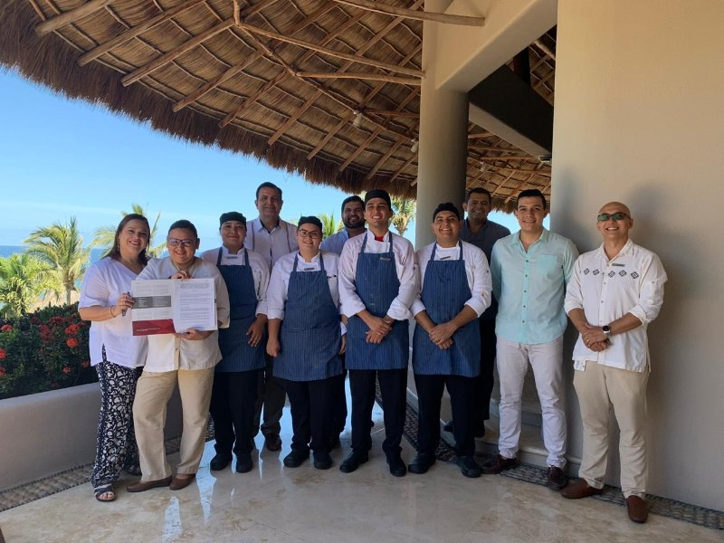 "Firma de Convenio con el hotel ""Four Seasons Resort"""
