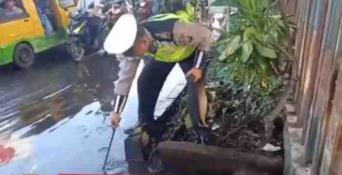 Viral Anggota Satlantas Sidoarjo Bersihkan Genangan Banjir, Aksinya Tuai Pujian