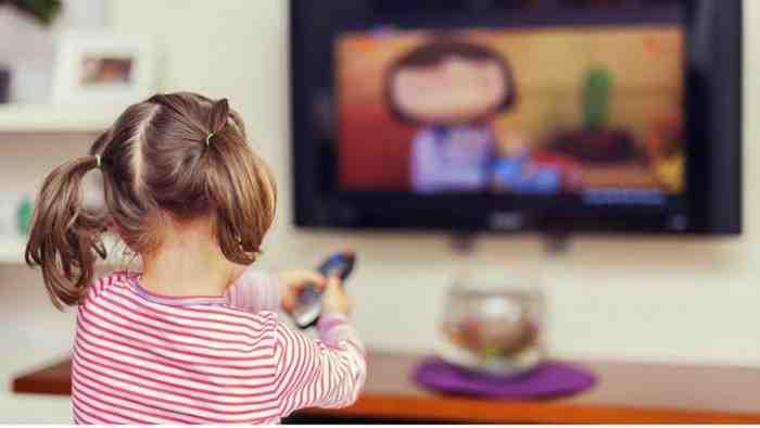 Waspada, Bahayanya Jika Si Kecil Sering Nonton Iklan TV saat Dirumah Aja