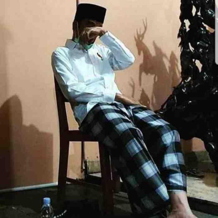 10 Potret Haru Presiden Jokowi Temani Jenazah Ibunda Tercinta