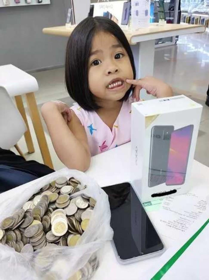 Luar Biasa, Masih Kecil Bisa Beli Ponsel Pakai Uang Koin Hasil Menabung