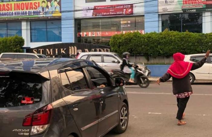 Cerita Perjuangan Ibu dari Palembang yang Hidupi Anak dari Hasil Parkir
