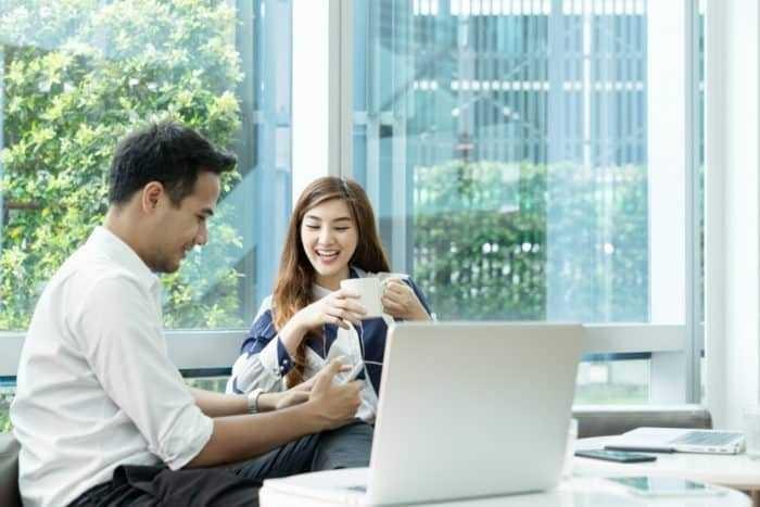 10 Cara Efektif Agar Selalu Bahagia Ketika Bekerja di Kantor