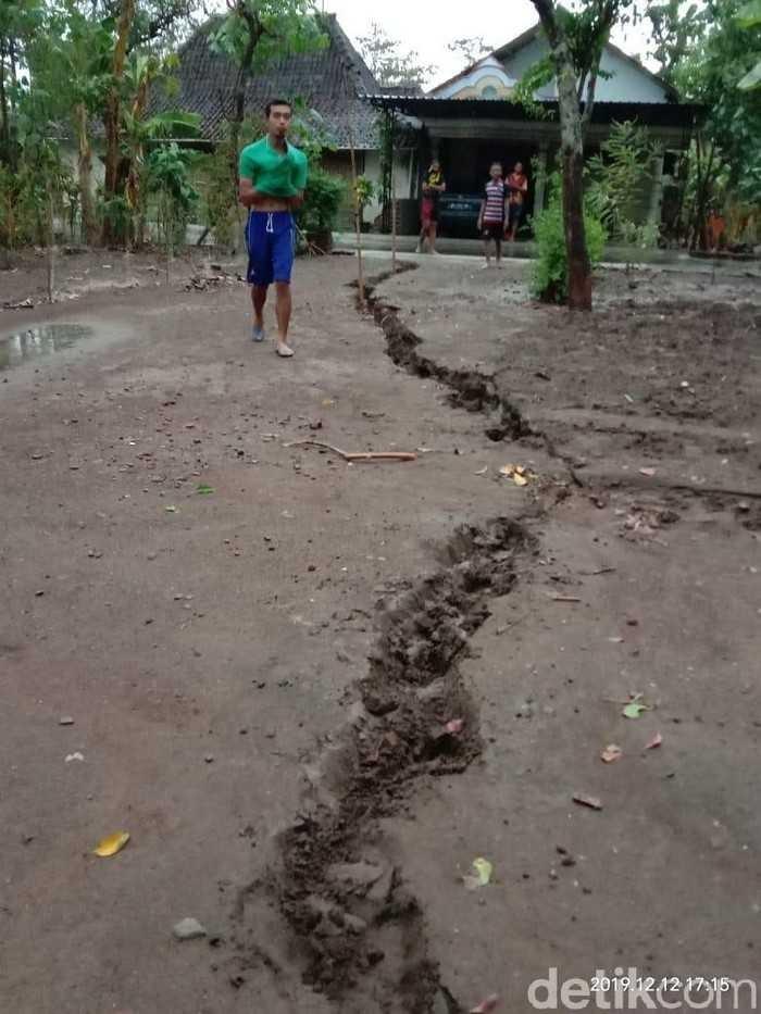 Warga Ponorogo Panik, Tanah Tiba-Tiba Retak Sepanjang 20 Meter Hingga Lebar 10 Cm