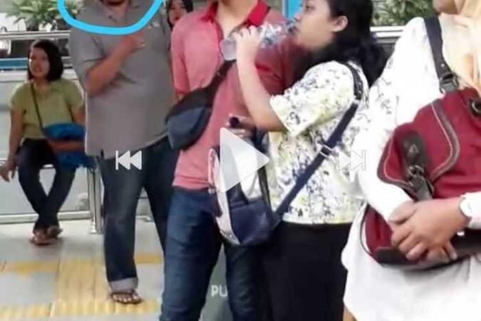 Kesal Tak Dapat Tempat Duduk Seorang Pria Tampar Penumpang Transjakarta