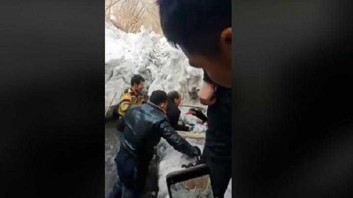Orang Tuanya Dipenjara Bocah Uighur Meninggal Membeku di Parit
