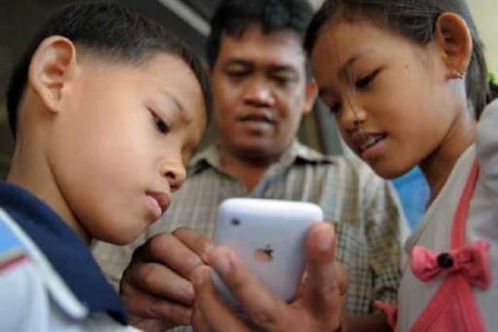 Orangtua Itu Mendidik Anak, Bukan Malah Main HP
