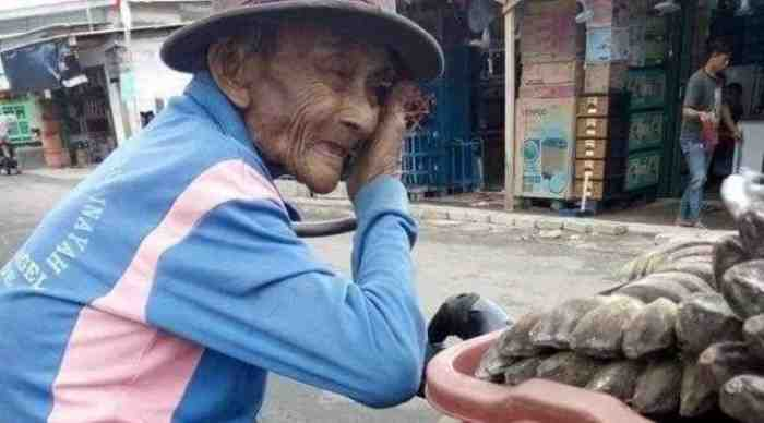 Demi Bertahan Hidup, Walau Kaki Bengkak Kakek 80 Tahun ini Tetap Berjualan Pisang