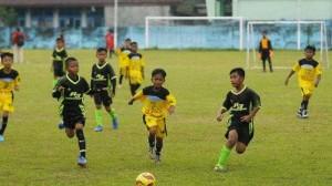 Teknik Dasar Bermain Sepak Bola Singkat & Lengkap