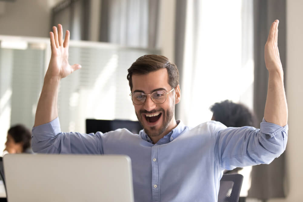 motivação no trabalho: funcionário motivado comemorando meta batida