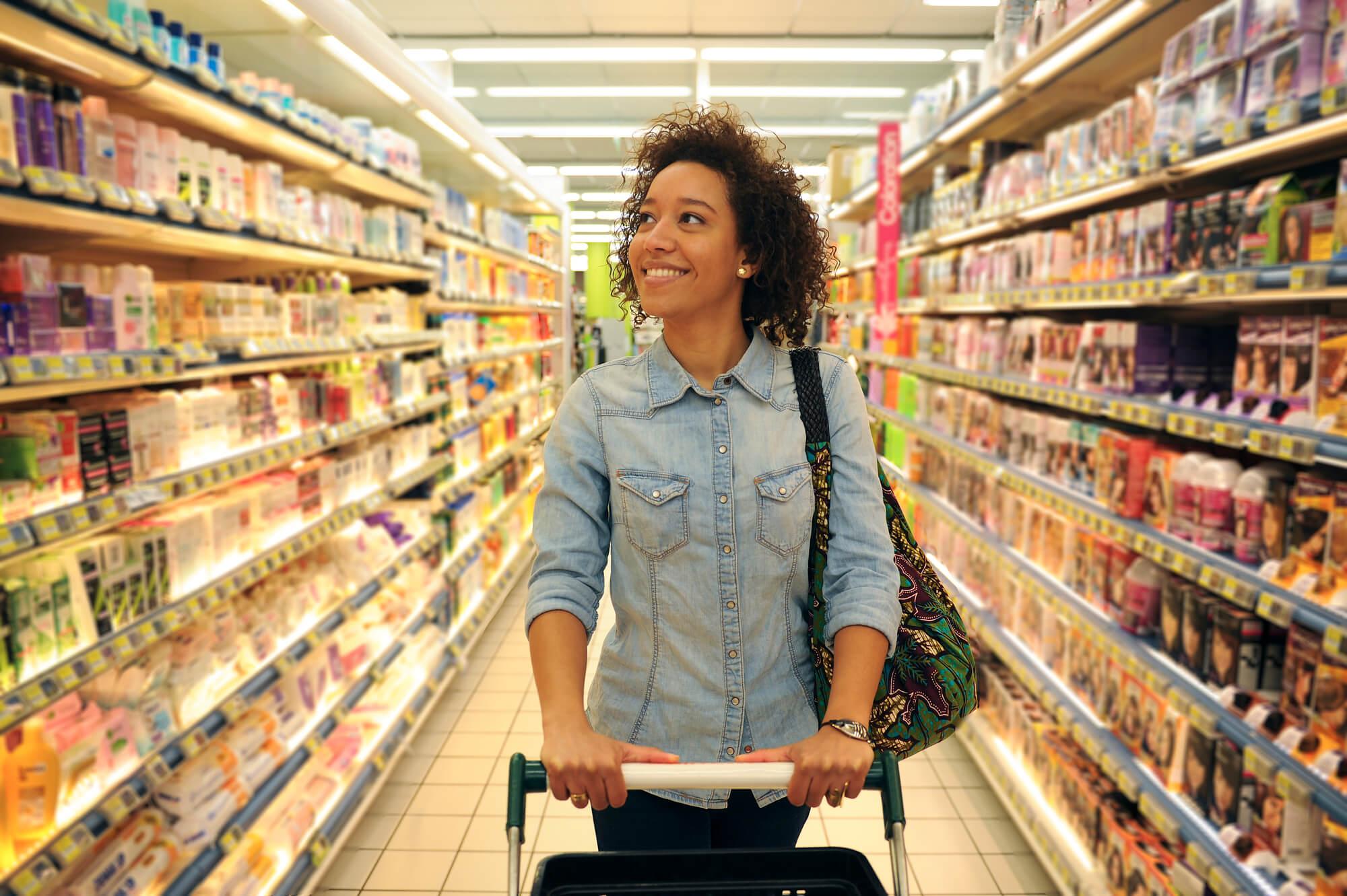 Mulher andando no supermercado
