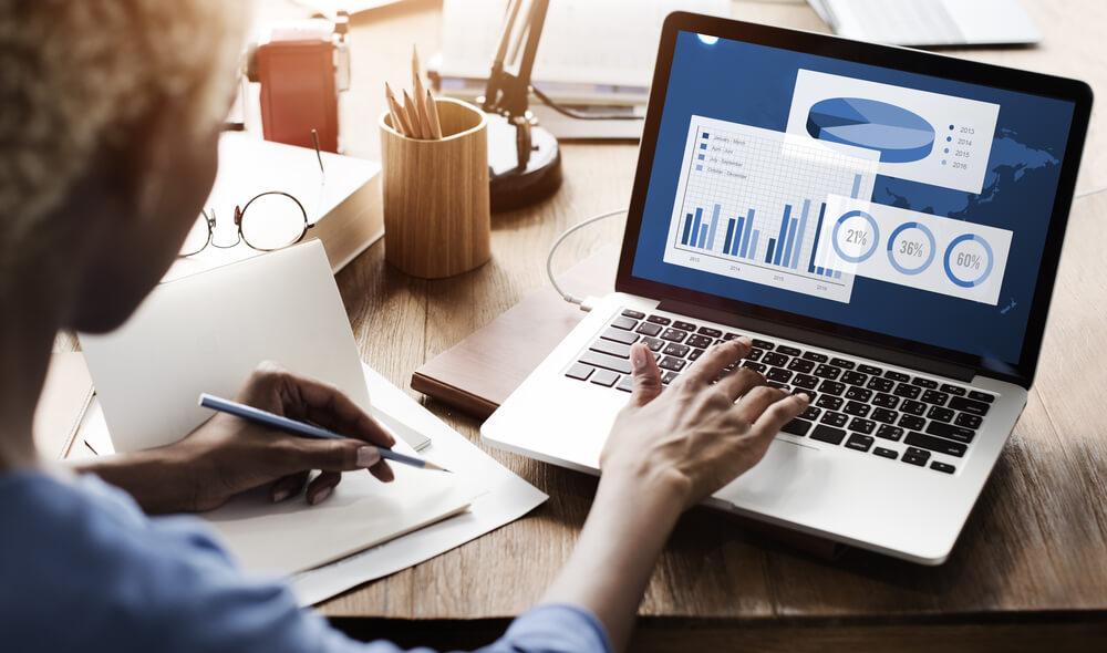 profissional de rh analisa os indicadores de desempenho da empresa