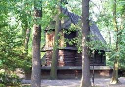 Zabytkowy drewniany kościółek