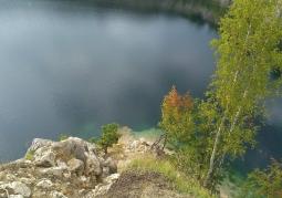 Przejrzysta woda w zalewie