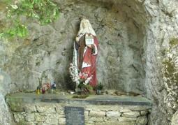 Posążek św. Kingi w skalnej wnęce