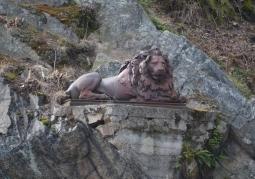 Posąg lwa umieszczony w skałach