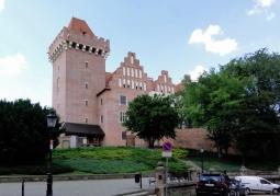 Zrekonstruowana południowa część zamku